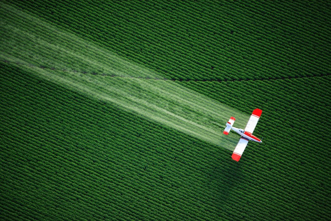 Www Getbg Net Aviation The Aircraft Spray Fertilizer Over The Field 106731 1068x712